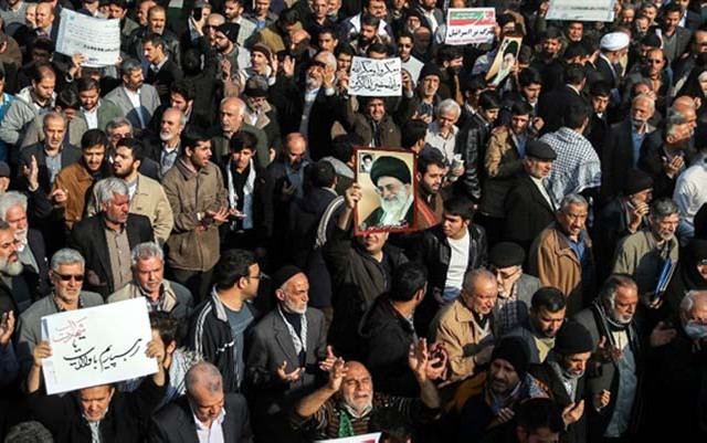 İranda 10 minlərlə rejim tərəfdarı da küçələrə axışdı