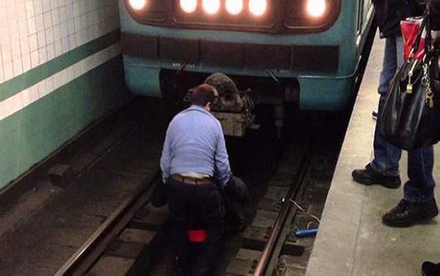 Sudurğa keçirən qadın qatar yoluna yıxıldı - Metroda bədbəxt hadisə