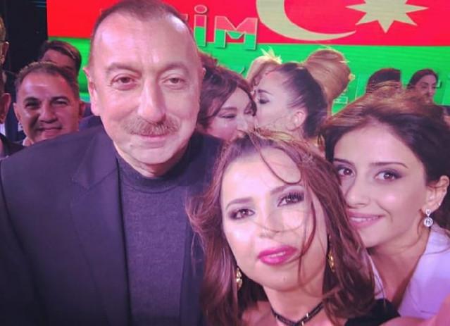 İlham Əliyevlə xanımı sənətçilərlə bir arada - Fotolar