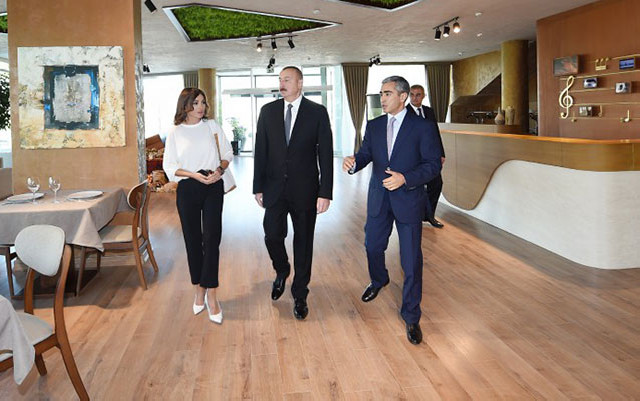 Prezident və birinci xanım pavilyonda - Fotolar