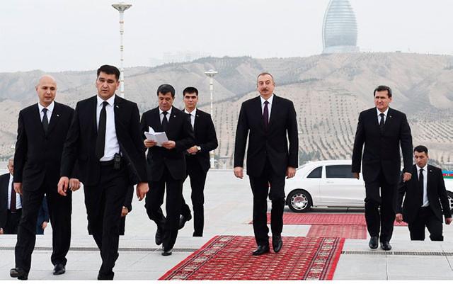"""Prezident Aşqabadda """"Xalq xatirəsi"""" kompleksinə baş çəkdi - Fotolar"""