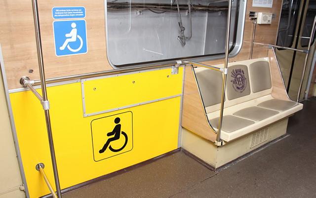 Metroda əlil arabası üçün yerlər ayrıldı