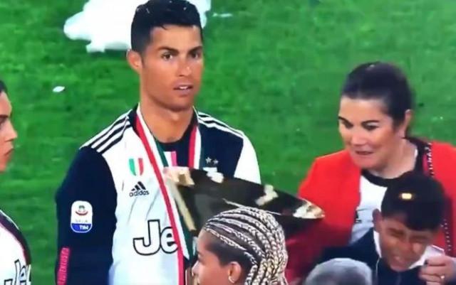 Ronaldo kuboku oğlunun başına vurdu - Video