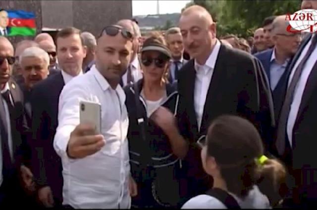 İlham Əliyevin Bulvar gəzintisində selfi yağışı – Video